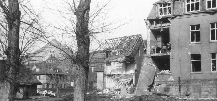 Der beschädigte Nordflügel des Schulgebäudes 1945